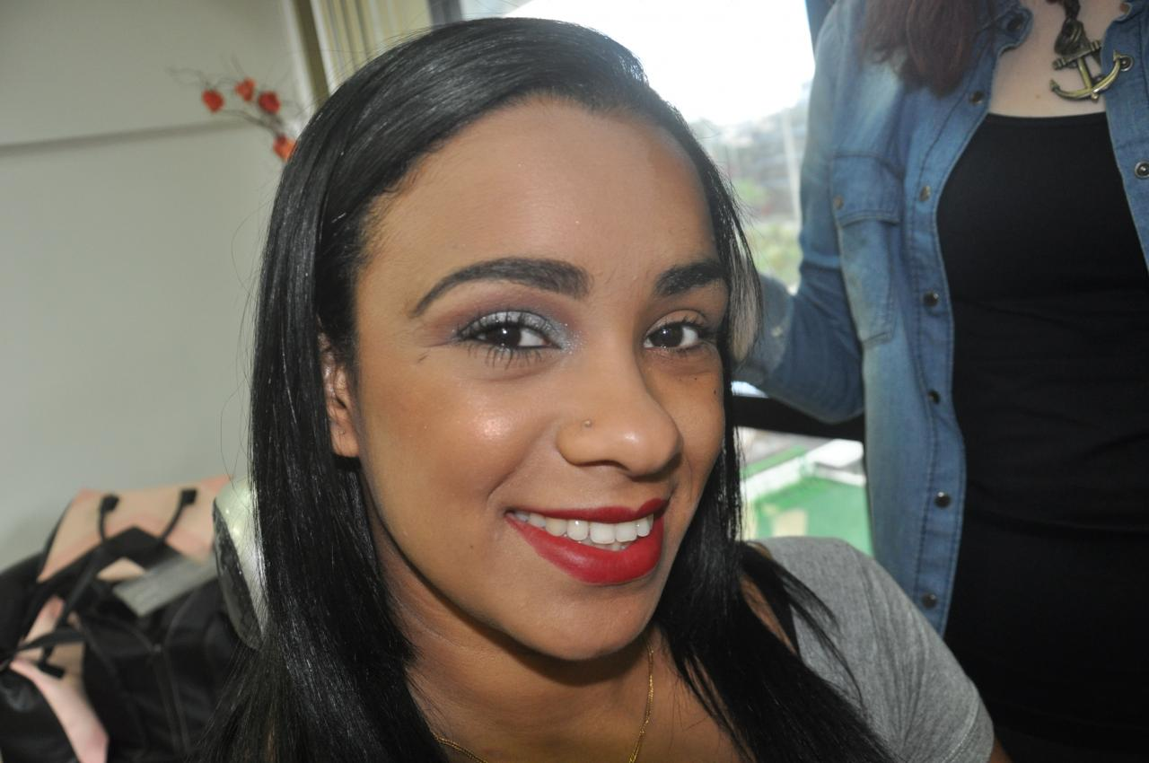 Noivas e debutantes realizam prévia de cabelo de maquiagem
