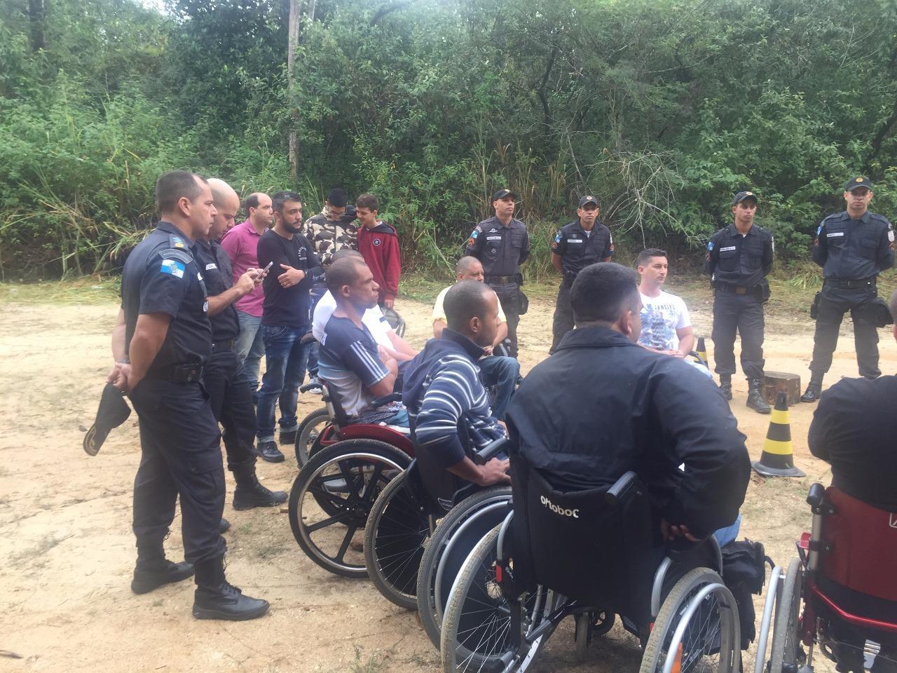 Policiais cadeirantes recebem instrução de tiro - assista o vídeo