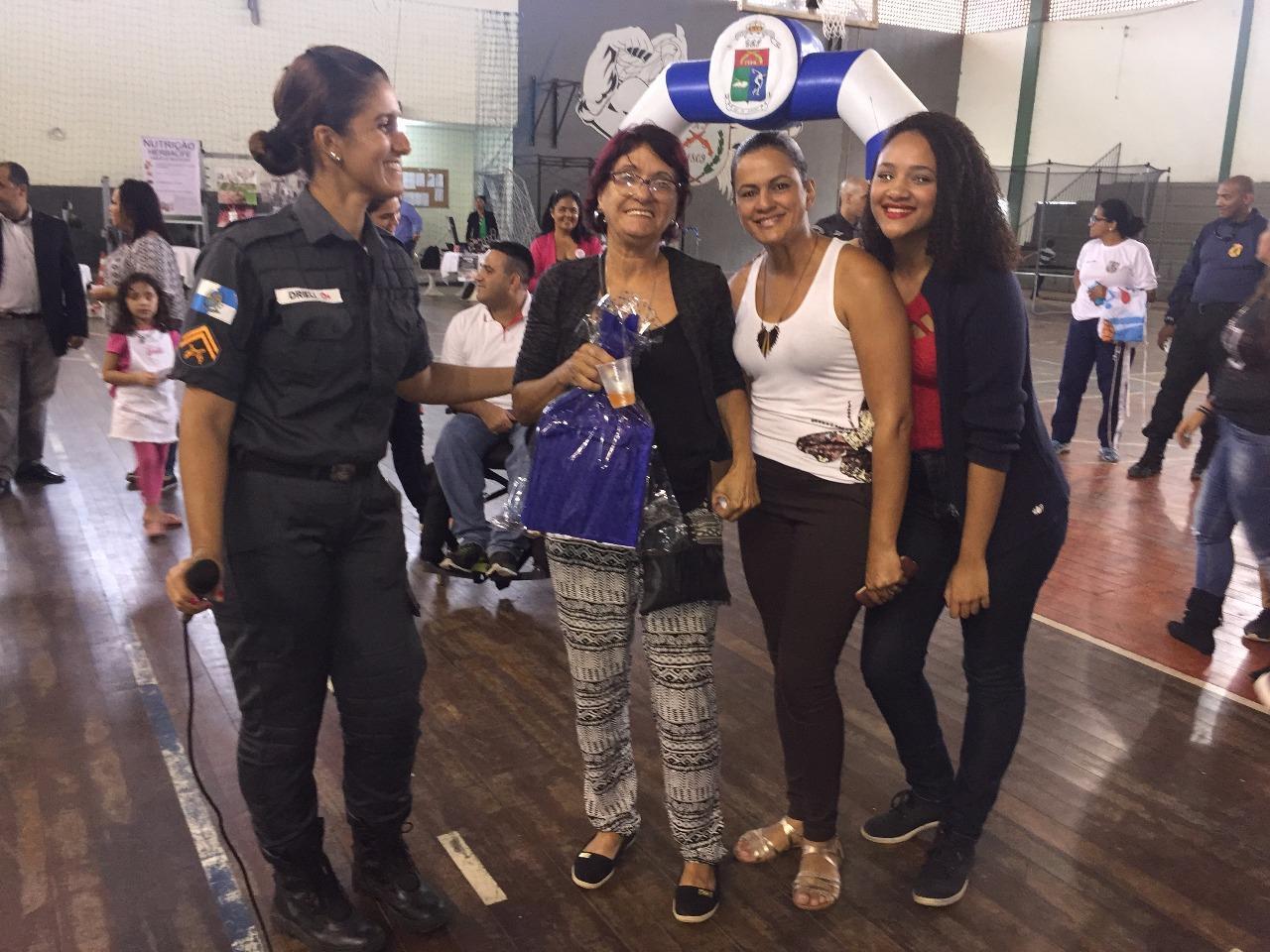 Evento em homenagem às mães e viúvas de policiais mortos teve a presença da atriz Paolla Oliveira