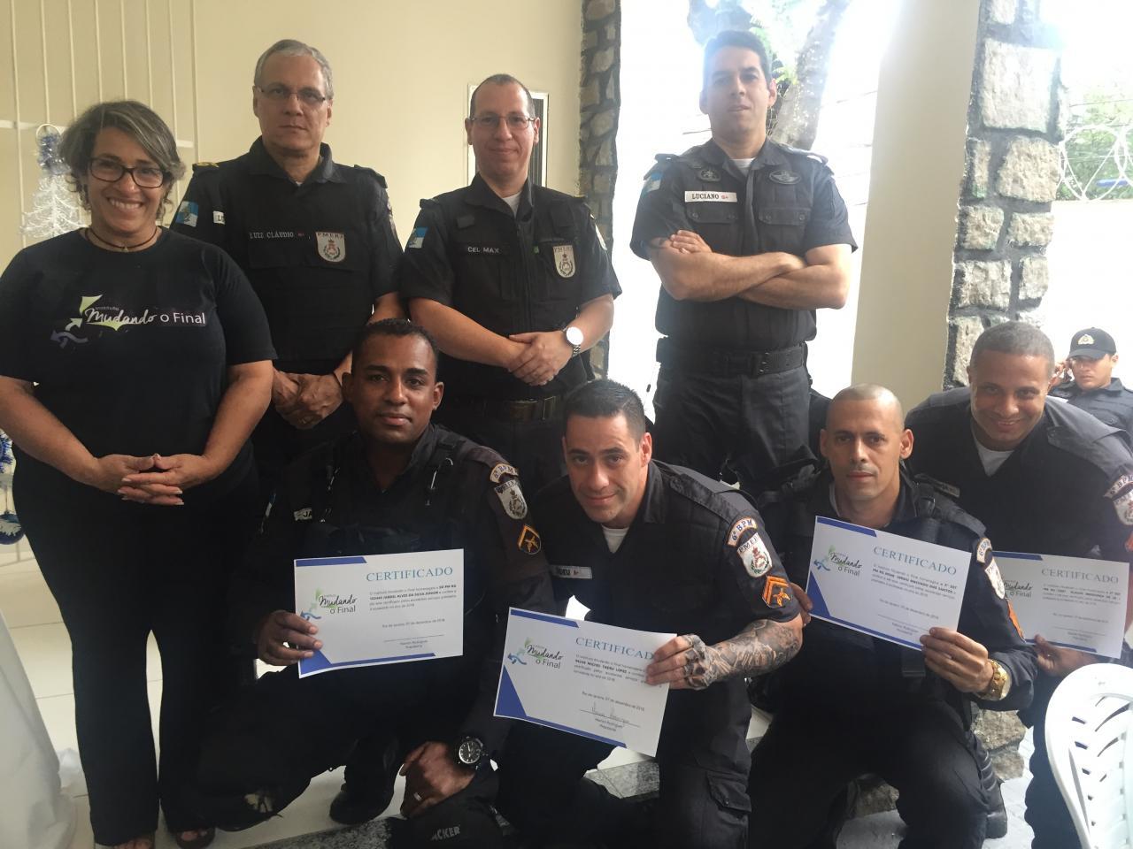 Policiais do 1º CPA são homenageados com feijoada na sede do Instituto Mudando o Final