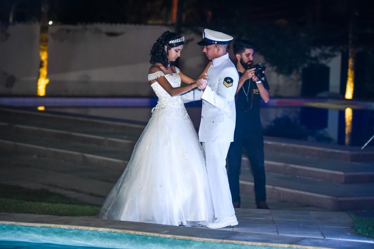 Baile de Debutantes reúne adolescentes para valsa em torno da piscina